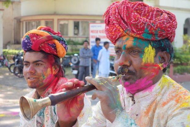 Groupe de musicien qui nous font découvrir la musique indienne pour le festival de Holi en Inde photo blog voyage tour du monde https://yoytourdumonde.fr