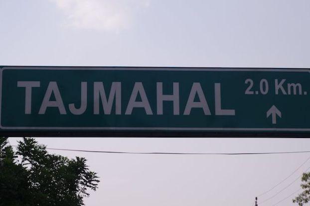 Pnneaux de circulation qui annonce a Agra en Inde le Taj Mahal photo blog voyage tour du monde https://yoytourdumonde.fr