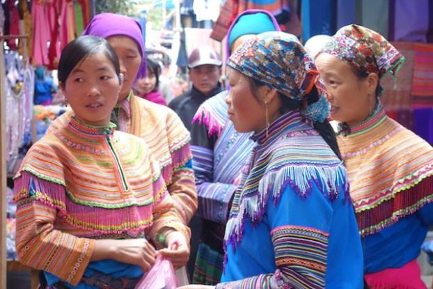 Groupe de minorités ethniques sur le marche de Bac Ha au Vietnam