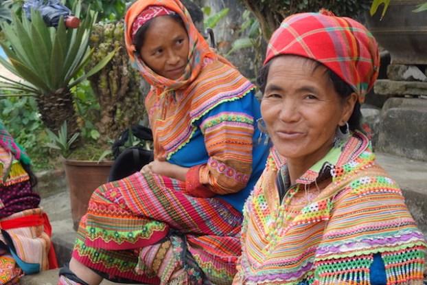 Femmes qui attendent en tenue traditionnelle sur le marché de Bac Ha au Vietnam