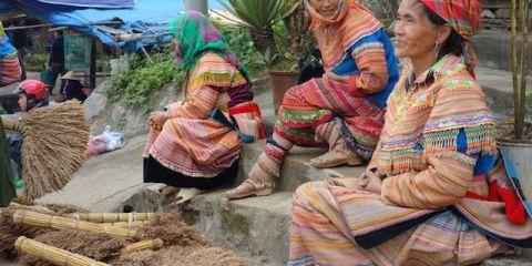 Vendeuses ou acheteuses, femmes issue des minortés ethniques en tenues locales sur le marché de Bac Ha au Vietnam