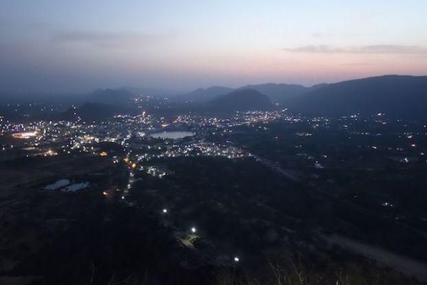 Pushkar ville sacrée avec Brahma qui a fait tomber un lotus ici vue à 180° de la ville photo prise du Savitri Temple blog voyage tour du monde https://yoytourdumonde.fr