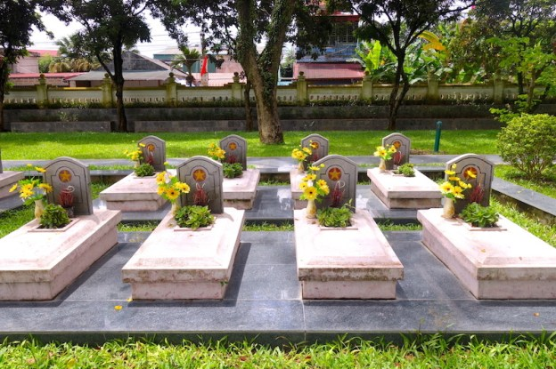 Tombes anonymes soldats vietnamiens Dien Bien Phu photo voyage tour du monde https://yoytourdumonde.fr