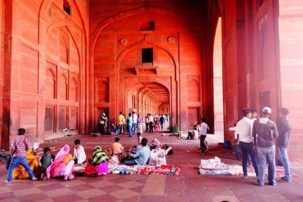 Les arcades ou les gens se reposent du coté de la Jama Mosquée photo blog voyage tour du monde https://yoytourdumonde.fr