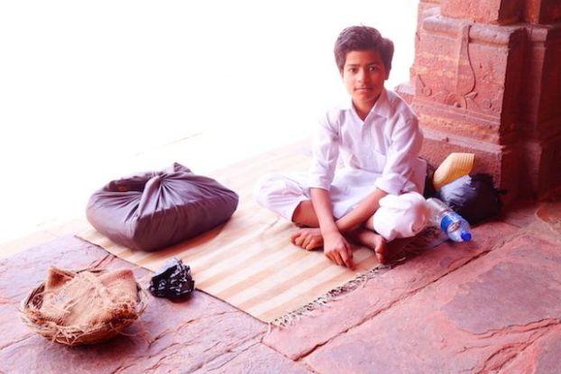 Des musulmans en grands nombres sont present dans la Mosquée Jama pour prier à Fatehpur Sikri en Inde. Photo blog voyage tour du monde https://yoytourdumonde.fr