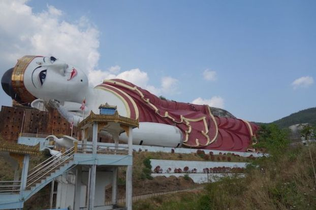 Le plus grand Bouddha du monde se trouve à 20 km de Mawlamyine en Birmanie. Bouddha allongée photo blog voyage https://yoytourdumonde.fr