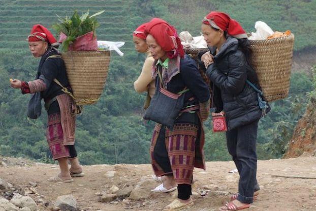 Sur le bord de la route de Lao Cai à Sapa vous pouvez voir des groupes de femmmes entrain de produire de superbe echarpe pour les touristes.