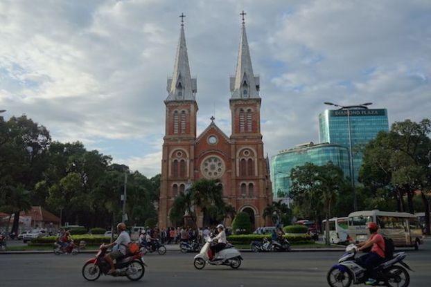 Vietnam: Construite par les français, faite de brique toulousaine, voici la Cathédrale Notre-Dame ) Saigon.
