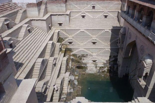 un puit construit dans la ville de jodhpur magnifique eun vrai chef d'oeuvre les locaux y plongent dedans photo blog voyage tour du monde https://yoytourdumonde.fr