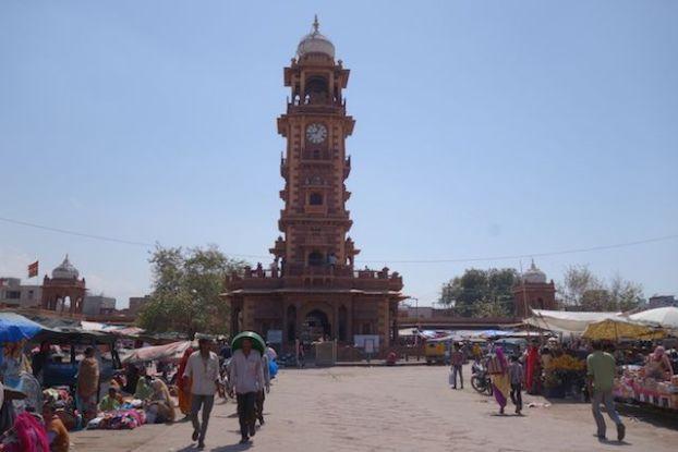 La tour de l'horloge à Jodhpur se visite pour 30 roupies surperbe repere pour ne pas se perdre dans la ville photo blog voyage tour du monde https://yoytourdumonde.fr