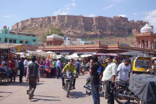 Le Sardar market de Jodhpur en Inde se fait à pieds decouverte des epices, achats de bijoux et de vetements photos blog voyage tour du monde https://yoytourdumonde.fr