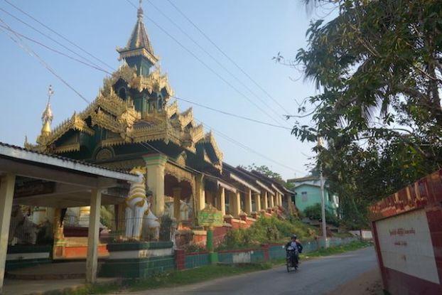 Magnifique temple bouddhiste du coté de Mawlamyine photo blog voyage tour du monde https://yoytourdumonde.fr