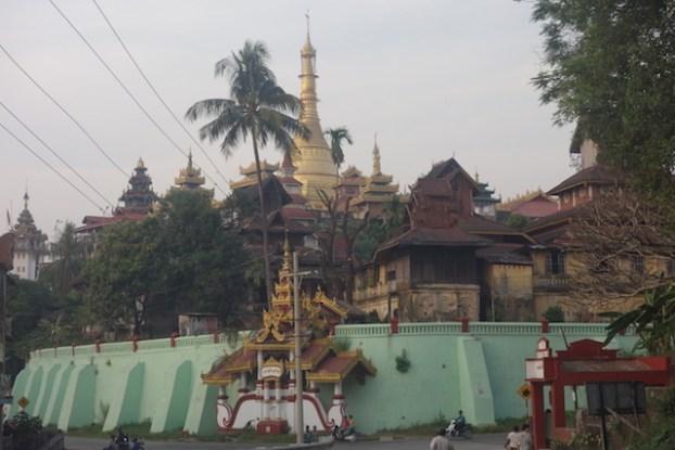 Pagode Bouddhsite à Mawlamyine mériteraient d'entrer à l'UNESCO. Photo blog voyage tour du monde https://yoytourdumonde.fr