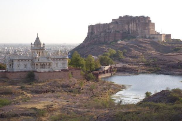 Jaswant Thada a decouvrir avec un magnfique jardin que contraste avec le desert tout autour photo voyage blog tour du monde https://yoytourdumonde.fr