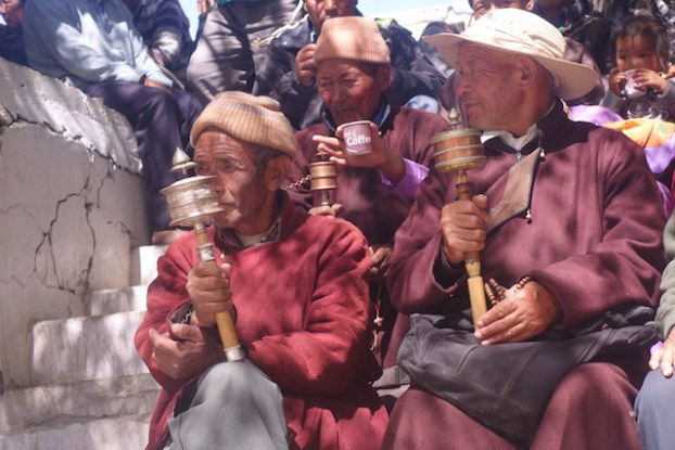 des locaux sont entrain de prier avec leurs moulins à prieres dans un temple bouddhiste du ladakh photo blog voyage tour du monde https://yoytourdumonde.fr