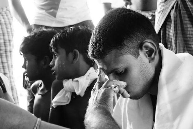 Un jeune hindouiste en pleine ceremonie du cote de l'ile de l'ogre en birmanie photo blog voyage tour du monde https://yoytourdumonde.fr