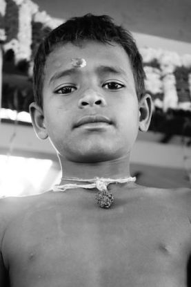 pourquoi les indiens portent un point rouge au front portrait jeune hindouiste blog voyage tour du monde https://yoytourdumonde.fr