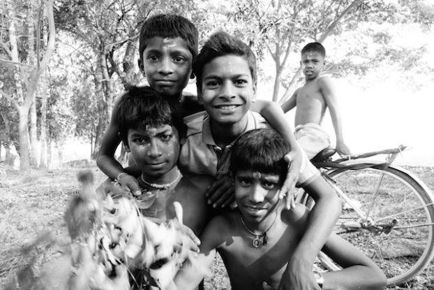 Groupe Hindouiste sur l'Ile de l'Ogre ceremonie shiva photo blog tour du monde https://yoytourdumonde.fr