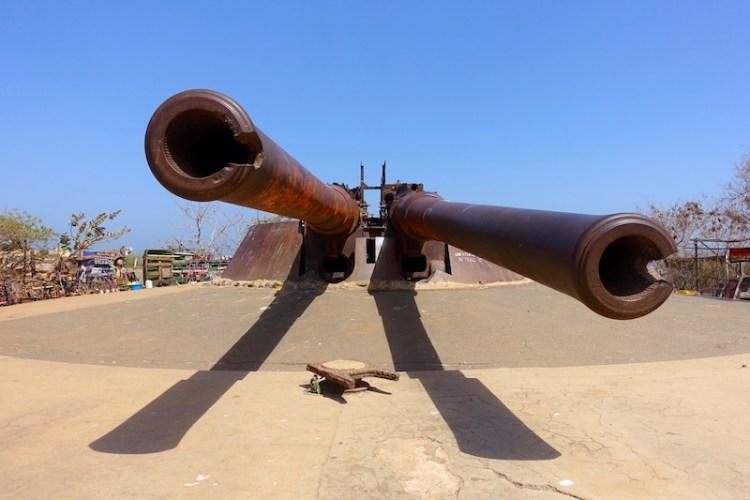 Canon d'une portée de 14km à Gorée sur le Plateau du Castel photo blog voyage tour du monde sénégal https://yoytourdumonde.fr