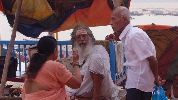 Brahman sur ghat à Varanasi photo blog tour du monde. http:/yoytourdumonde.fr