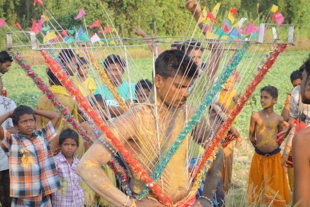ceremonie hindouiste du cote de l'ile de l'ogre en birmanie pres de Mawlamyine photo blog voyage tour du monde https://yoytourdumonde.fr