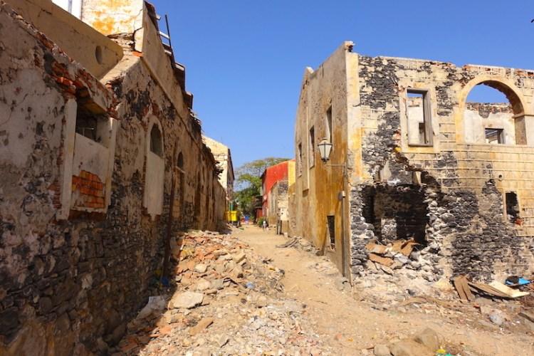 Ce que j'aime à Gorée c'est le décalage entre la ville musée et la ville détruite. Contraste saisissant! Photo blog voyage tour du monde sénégal https://yoytourdumonde.fr