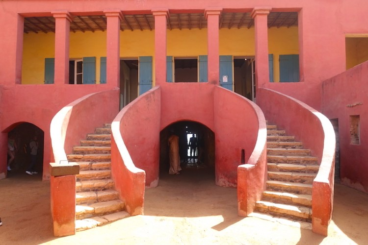 Entrée de la maison des esclaves à Gorée, photo blog voyage tour du monde sénégal https://yoytourdumonde.fr