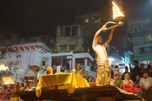 Bénédiction du Gange le soir venu à Varansi en Inde sur le Desaswamedht Ghat. Photo blog tour du monde https://yoytourdumonde.fr