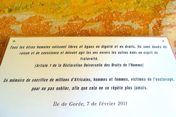 Plaque commémorative sur l'esclavage trouvé à Gorée. Photo blog voyage tour du monde https://yoytourdumonde.fr