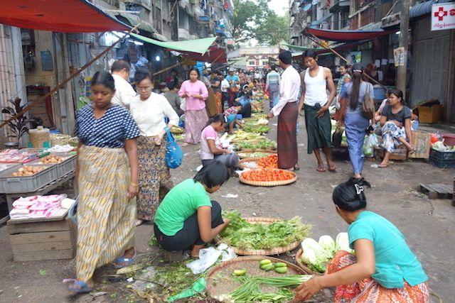 Marché à Rangoon ou meme les voitures passent photo blog voyage tour du monde https://yoytourdumonde.fr