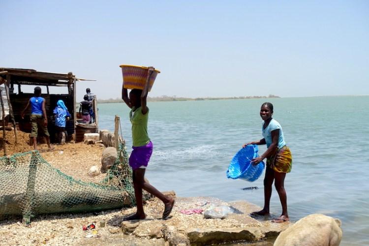 Des habitants qui travaillent sur l'ile aux coquillages photo blog voyage tour du monde https://yoytourdumonde.fr