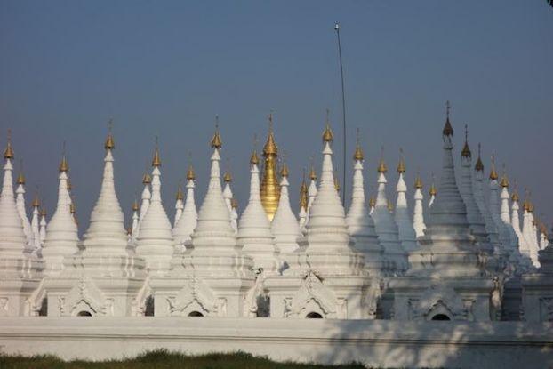 Le Kuthodaw Pagoda est connu dans le monde entier pour abriter le plus grand livre du monde avec des ecrit a meme le marbre tres beaux temples et stupa photo blog voyage tour du monde https://yoytourdumonde.fr