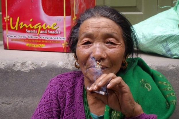 Marché de Gayzing au Sikkim en compagnie des minorités ethniques qui peuples l'Himalaya. Photo blog voyage tour du monde https://yoytourdumonde.fr