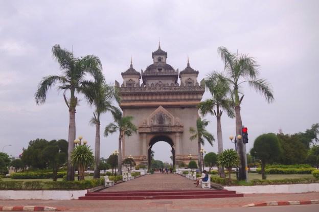 Comme Paris, la ville de Vientiane a aussi son Arc de Triomphe. Laos photo blog voyage tour du monde laos vientiane patuxai https://yoytourdumonde.fr