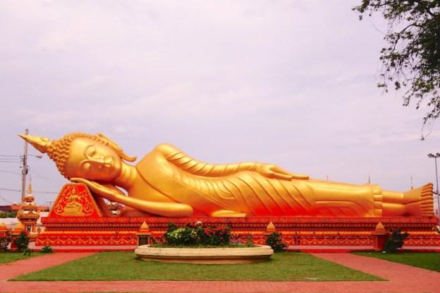 Vientiane laos bouddha couché blog tour du monde https://yoytourdumonde.fr