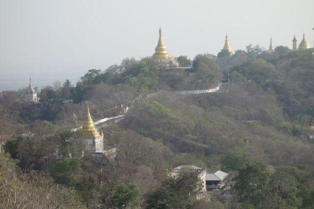 La Colline de Sagaing ressemble etrangement au Tibet avec une multitude de Stupa mais aussi de temple bouddhiste photo blog voyage tour du monde https://yoytourdumonde.fr