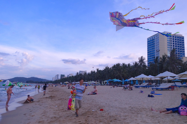 Il y a beaucoup de cerfs-volants sur la plus belle plage du Vietnam à Nha Trang, photo blog voyage tour du monde https://yoytourdumonde.fr