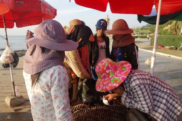 Vente de crabes bleu à Kep par la population locale. Article a decouvrir sur mon blog de tour du monde https://yoytourdumonde.fr