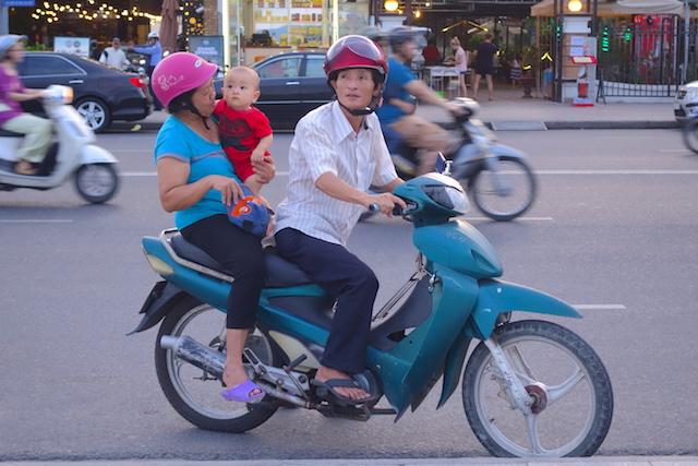 Le scooter est le meilleur moyen de visiter Nha Trang au Vietnam photo voyage tour du monde https://yoytourdumonde.fr