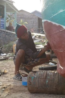 Cambodge - Kep: Lorsque les marins ne sont en mer ils reparent les bateaux.