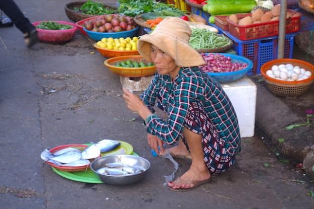 Une habitante de Hoi An au Vietnam photo blog voyage tour du monde https://yoytourdumonde.fr