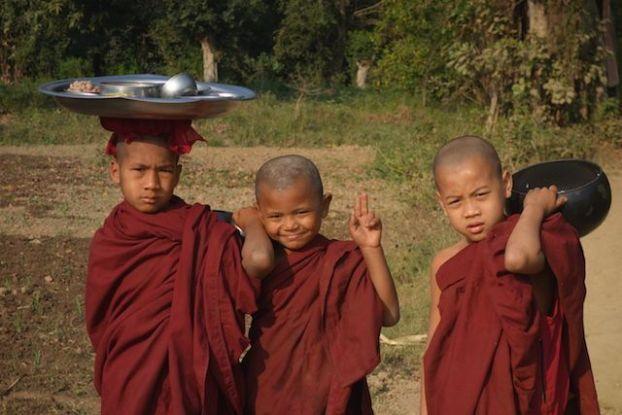 Moines bouddhiste temple myanmar birmanie bronze photo blog tour du monde https://yoytourdumonde.fr