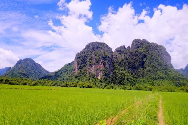 Les grottes à Vang Vian se sont formé dans des montagnes en calcaire photo blog voyage tour du monde https://yoytourdumonde.fr
