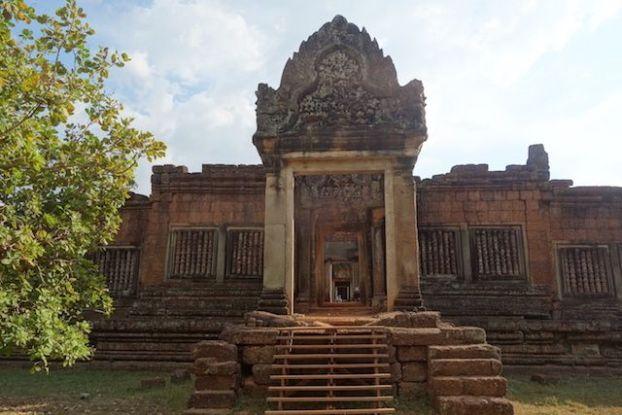 Superbe temple qu'est Banteay Srei dans les temples d'Angkor avec scupture magnifique blog photo https://yoytourdumonde.fr