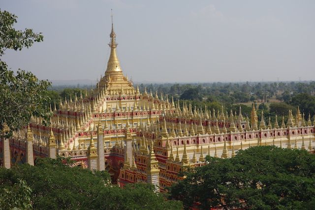 le toit de Thanboddhay Paya est magnifique avec des centaines de mini stupa doré. Photo blog voyage tour du monde https://yoytourdumonde.fr