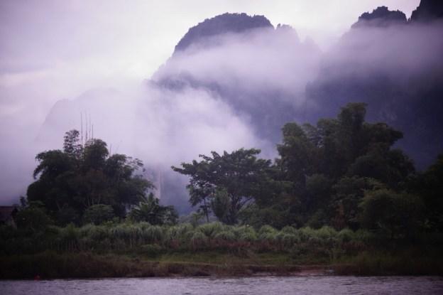 Au petit matin la ville de Vang Vien au Laos est souvent sous le brouillard. Photo article tour du monde https://yoytourdumonde.fr
