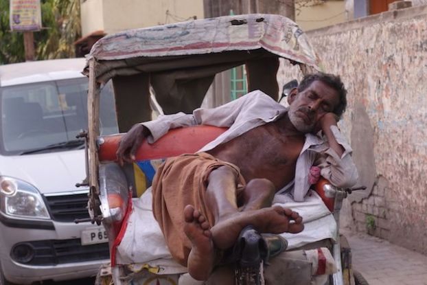 Varanasi est une ville oppressante sauf à 15h pour la sieste. Photo voyage tour du monde https://yoytourdumonde.fr