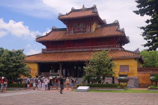 Batiment de la cité impériale de Hué au Vietnam. Photo blog voyage tour du monde https://yoytourdumonde.fr