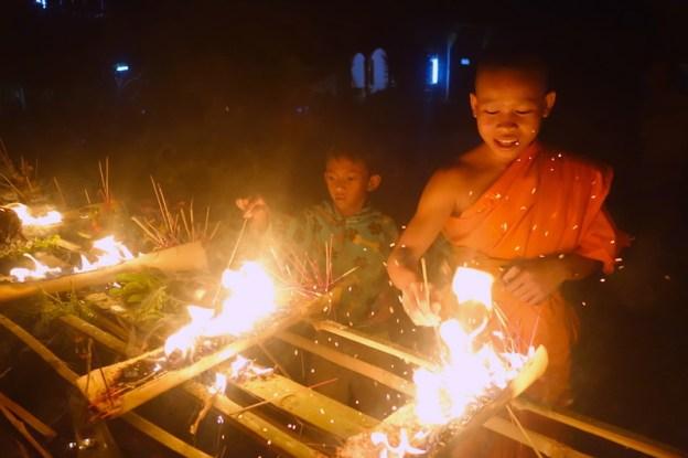 Plateau des bolovens moines bouddhistes photo blog voyage tour du monde https://yoytourdumonde.fr