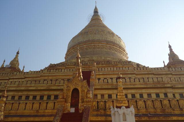Le stupa doré de la magnifique Pagode Shwezigon photo blog voyage tour du monde https://yoytourdumonde.fr